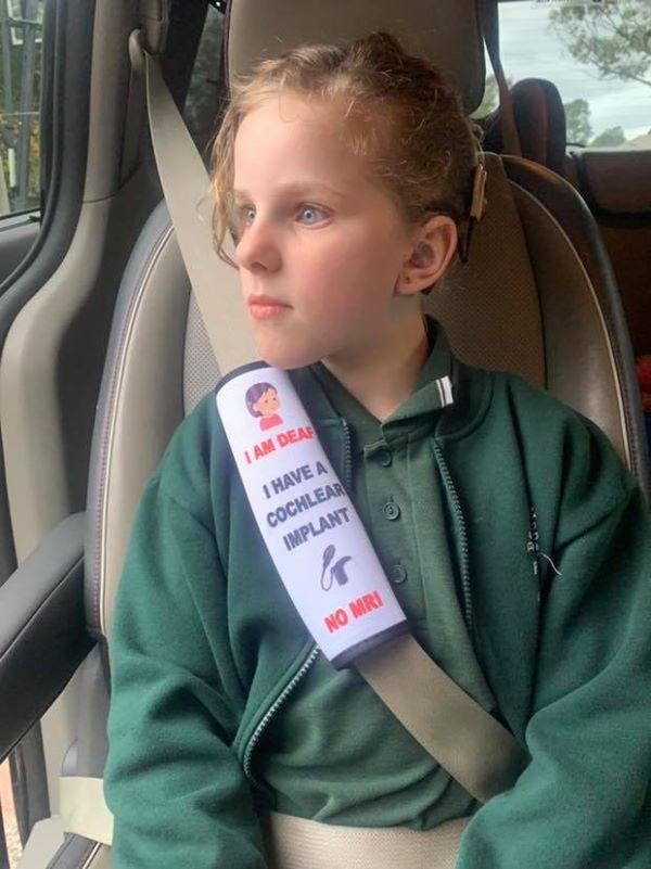 Mãe cria capas de cintos de segurança para alertar paramédicos sobre a condição de seus passageiros
