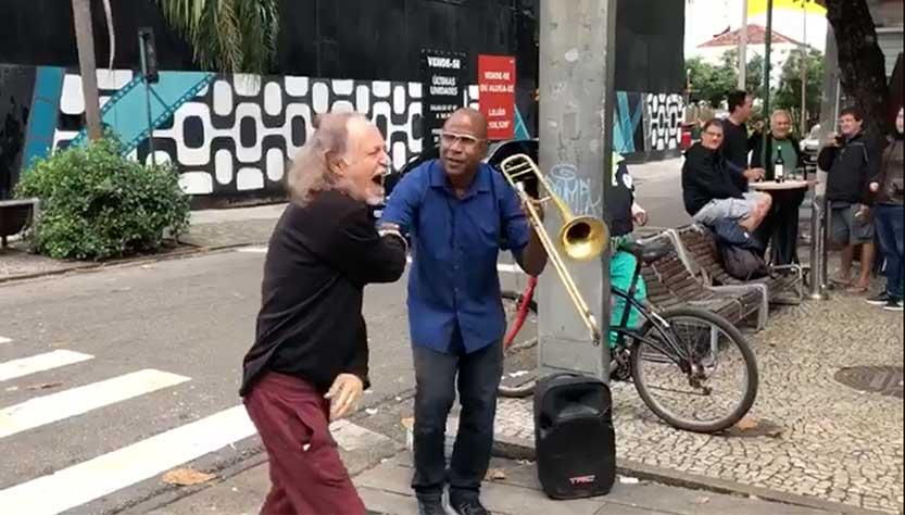 Alceu Valença surpreende músico que tocava canção sua na calçada