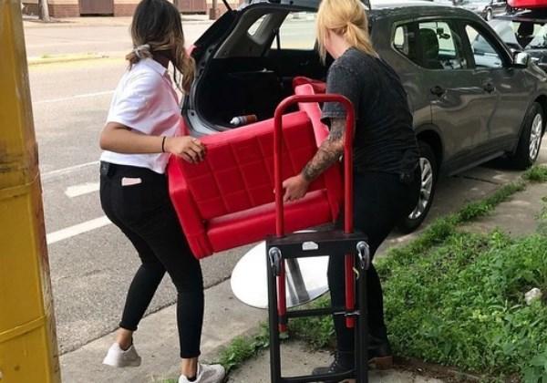 Cabeleireira leva cadeira para moradores de rua e oferece cortes gratuitos