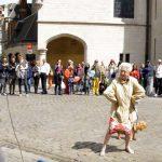 Multidão se reúne para assistir 'batalha' entre vovó e cãozinho contra artista de rua