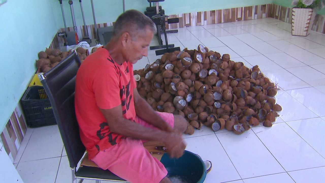 Ambulante compra máquina para costurar perucas para pacientes com câncer