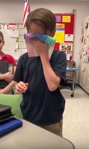 garoto compra óculos especiais amigo daltônico ver cores