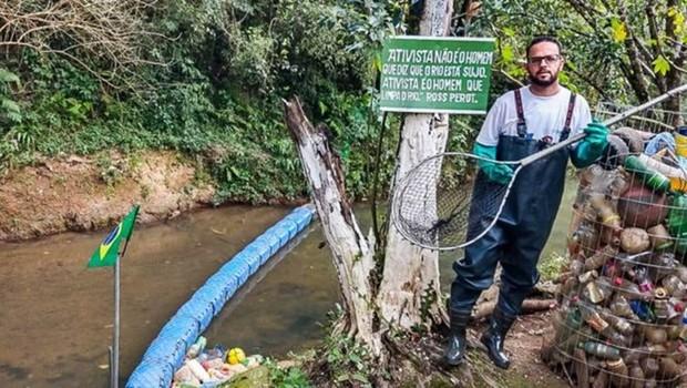 Vendedor cria ecobarreira para retirar lixo e salvar rio em que aprendeu a nadar na infância