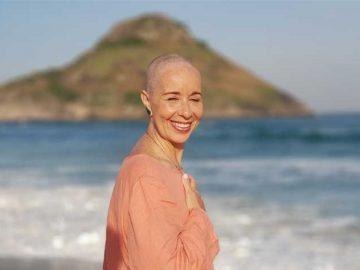 Mulher decide comemorar seus 60 anos doando todo o seu cabelo