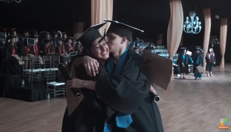 mãe filho sonho graduação diploma juntos