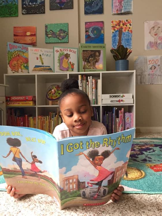 Irmãs usam Facebook para ler histórias de dormir para crianças cujos pais não podem