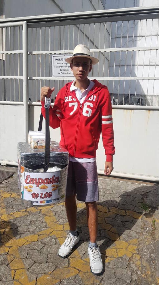 vendedor empadas jogadas chão ajuda passageiros