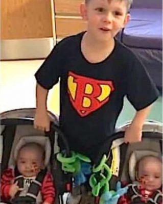 bebês gêmeos salvos irmão 4 anos