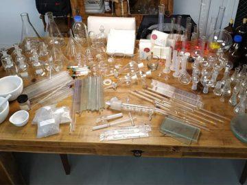 alunos transformando tampinhas plásticas laboratório ciências