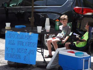 irmãos vendem limonada ajudar crianças migrantes