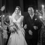 Falta de energia leva noiva a entrar em igreja à luz de celulares em Uberlândia (MG)