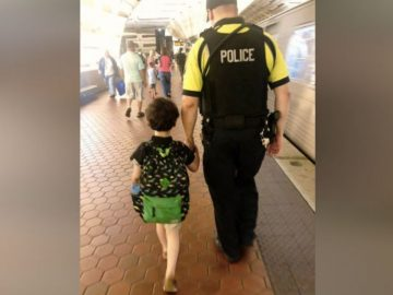 Funcionário de metrô tranquiliza garoto autista após ele sofrer colapso em trem