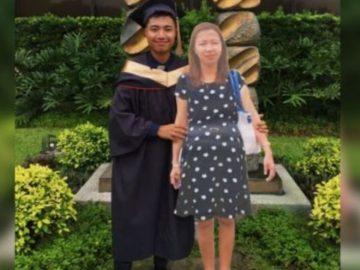Estudante presta homenagem à mãe falecida em formatura levando placa dela