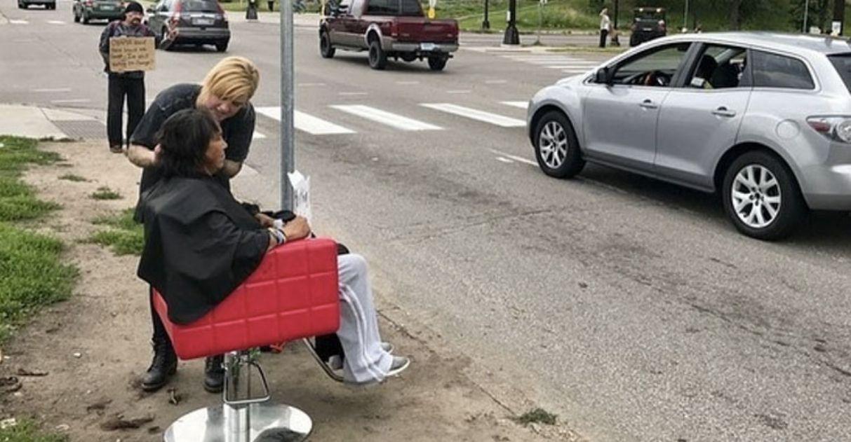 Cabeleireira leva cadeira até pessoas carentes e oferece cortes gratuitos