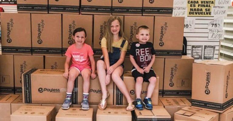 Família compra centenas de sapatos para doar a quem precisa
