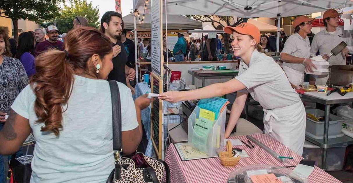 1600 imigrantes são recebidos de braços abertos por moradores de cidade dos EUA