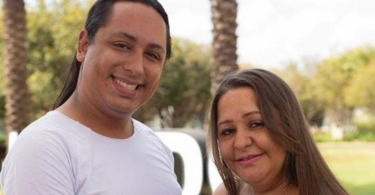 Mulher de 45 anos está grávida dos netos - filho gay será o pai dos gêmeos