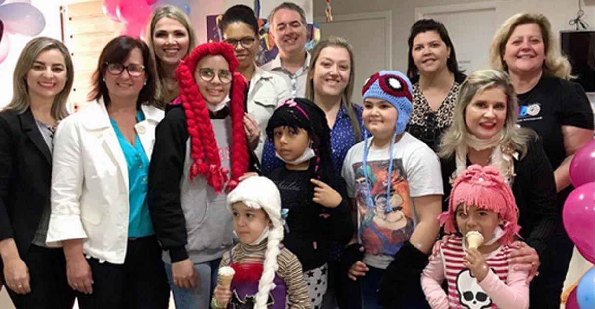 Detentas fazem perucas para crianças com câncer em Criciúma (SC)