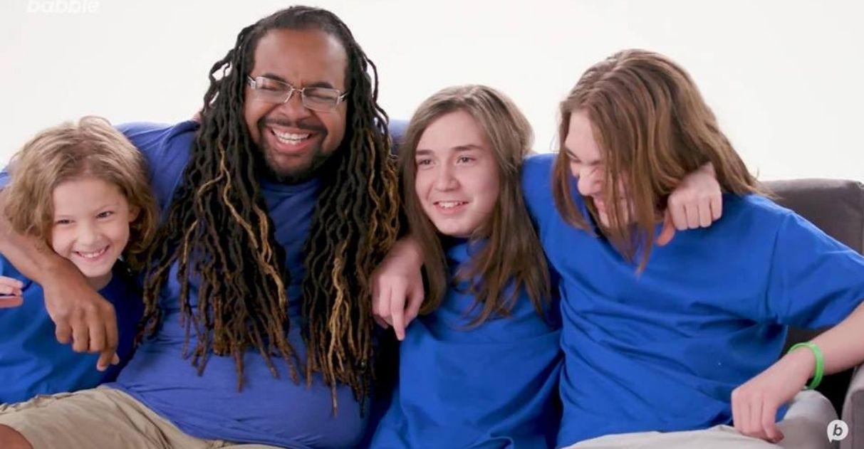 Homem órfão que cresceu em abrigo adota três meninos