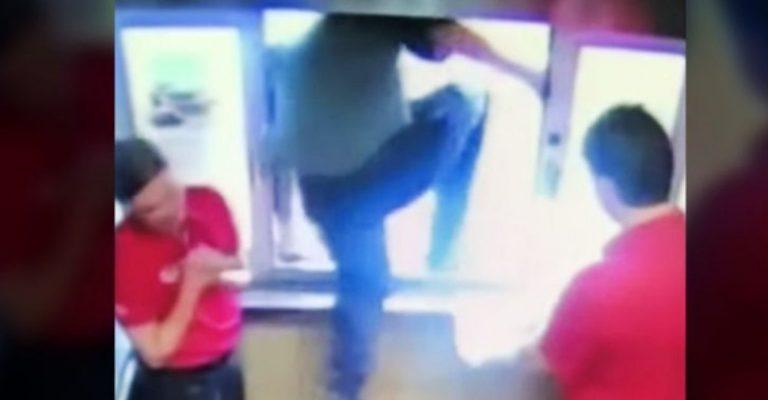 Funcionário pula janela de drive-thru para salvar menino de asfixia
