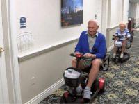 Aos 100 anos de idade, casal apaixonado se casa em lar de idosos