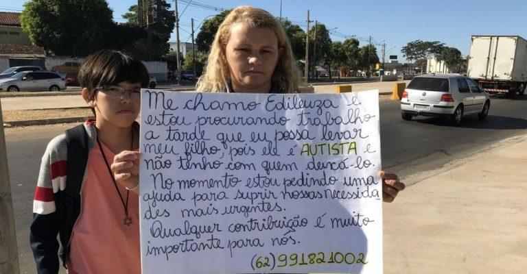 Mãe faz cartaz e vai para semáforo pedir emprego em que possa levar filho autista