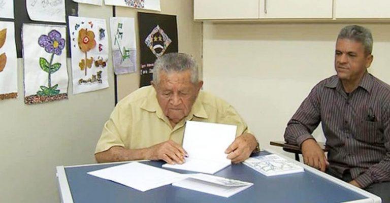 Idoso de 91 anos recém-alfabetizado lança livro de poemas em Juiz de Fora (MG)