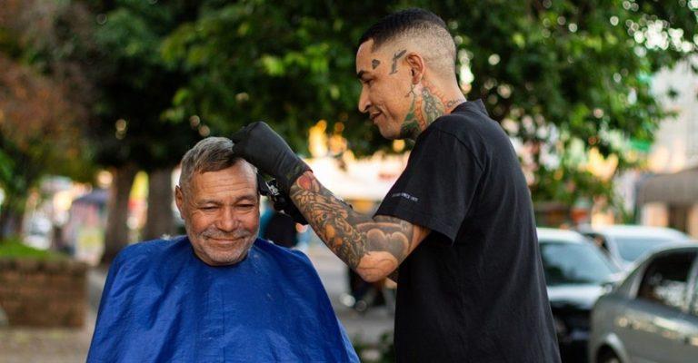 Ex-morador de rua vira cabeleireiro e faz trabalhos com pessoas carentes