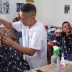 Barbeiro abre mão de salário em troca de doações de agasalhos para moradores de rua