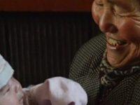 Mulher adota 45 crianças em 47 anos e transforma o ato em missão de vida