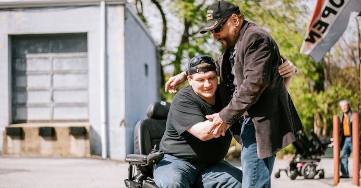 empresário doa 580 cadeiras de rodas motorizadas