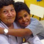 Vovó que aprendeu a ler com ajuda do neto adotado lança livro