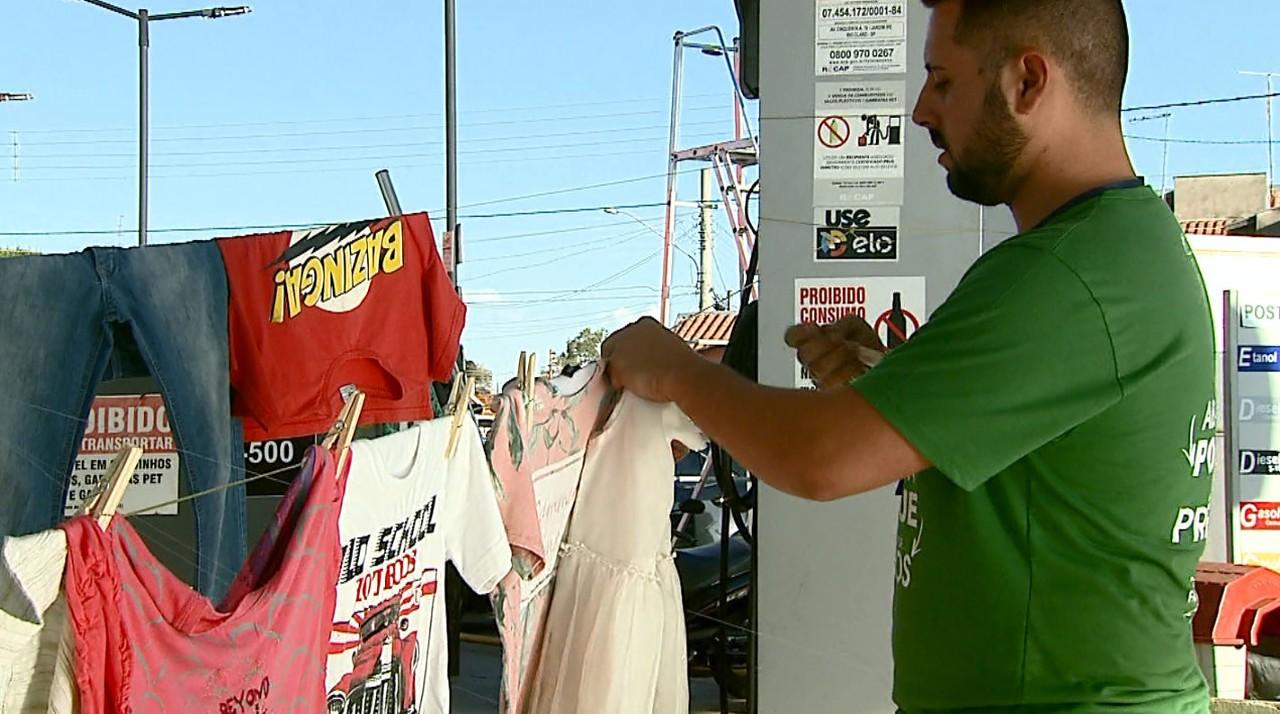 Frentistas montam varal em posto para doar roupas a quem precisa em Rio Claro (SP)
