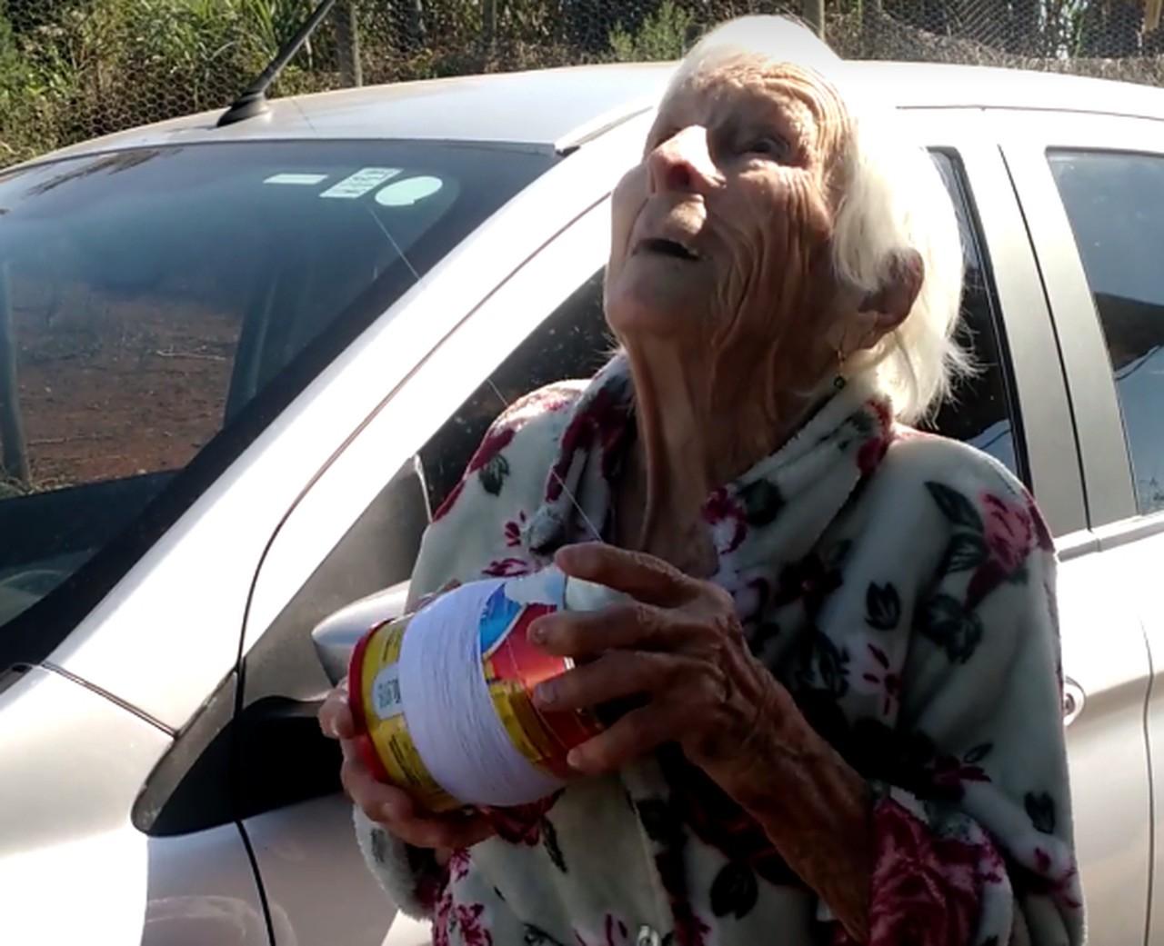 idosa 93 anos empina pipa