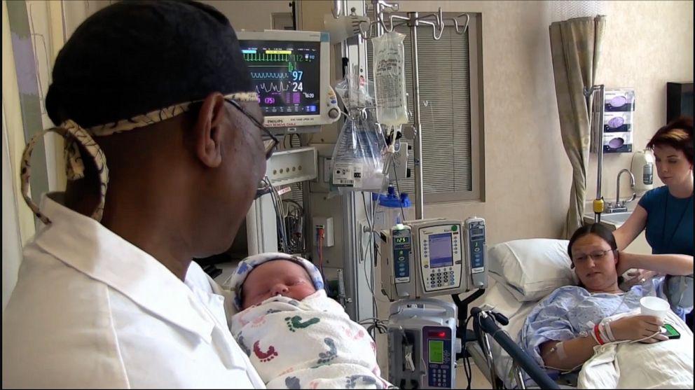 Médico que cantou para 8 mil bebês após o parto recebe homenagem