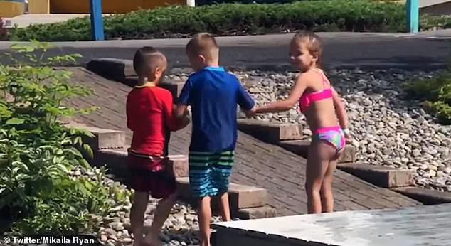 Crianças ajudam amigo paralisia cerebral brincar parque aquático