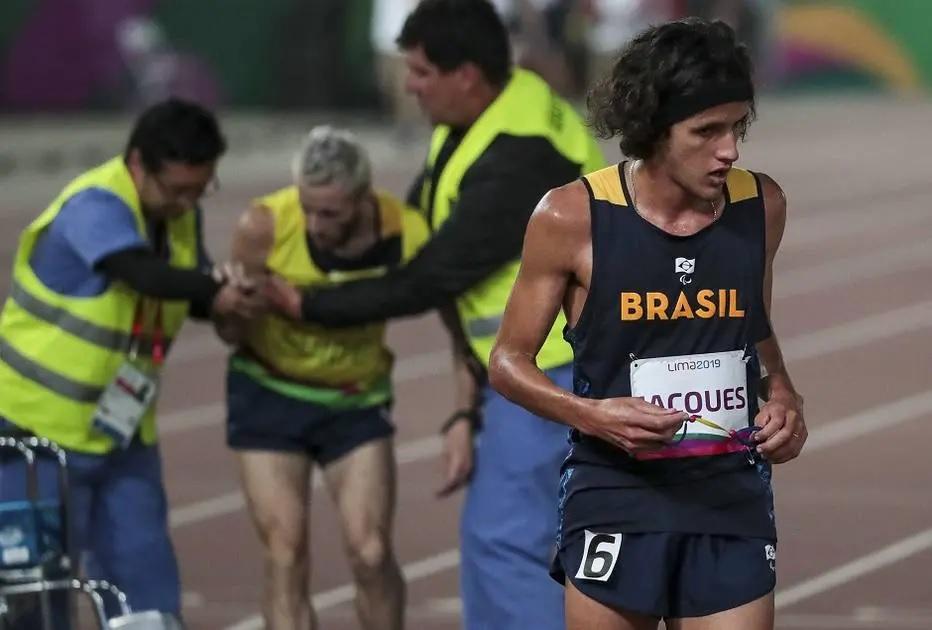 Corredor cego ajuda atleta guia e dupla conquista o bronze no Parapan