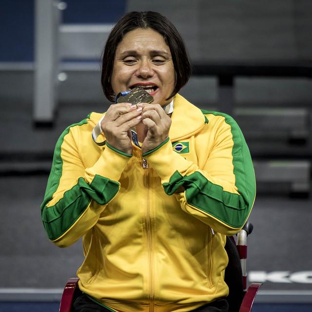 atleta emocionada medalha