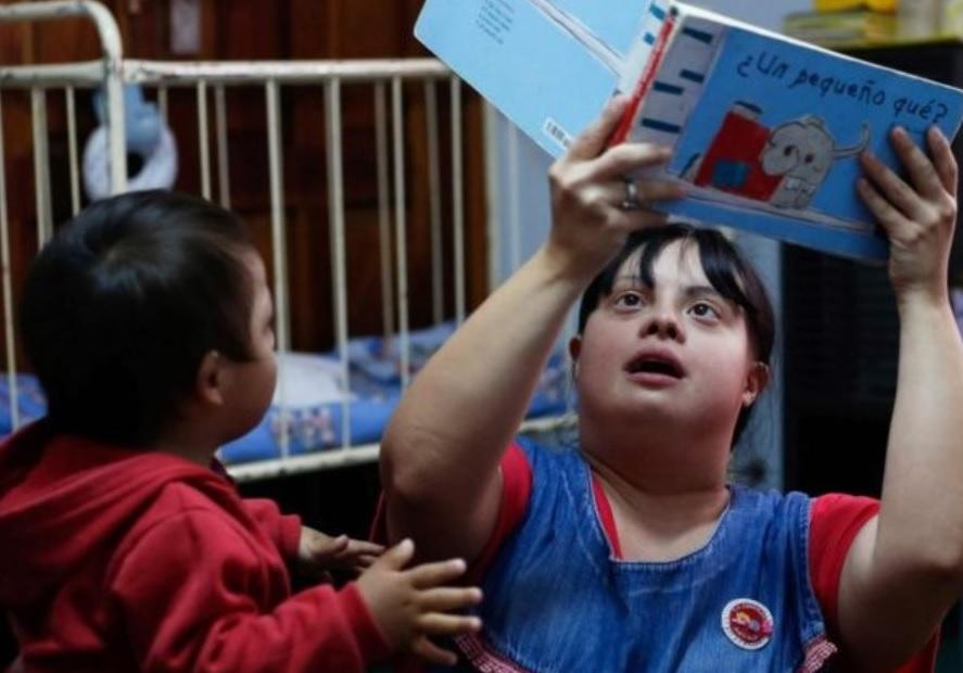 Primeira professora com Down da Argentina encanta crianças de escola