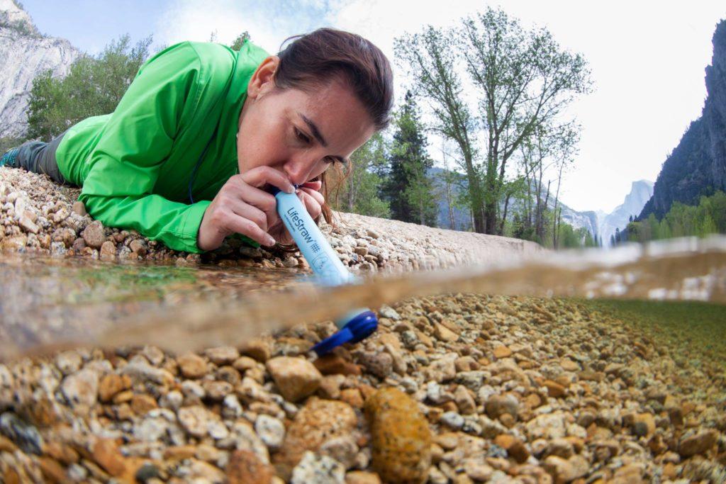 invenção simples e inovadora fornece água potável instantânea para crianças carentes