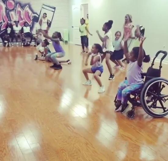 Cadeira de rodas não é um empecilho para essa menina dançar com perfeição!