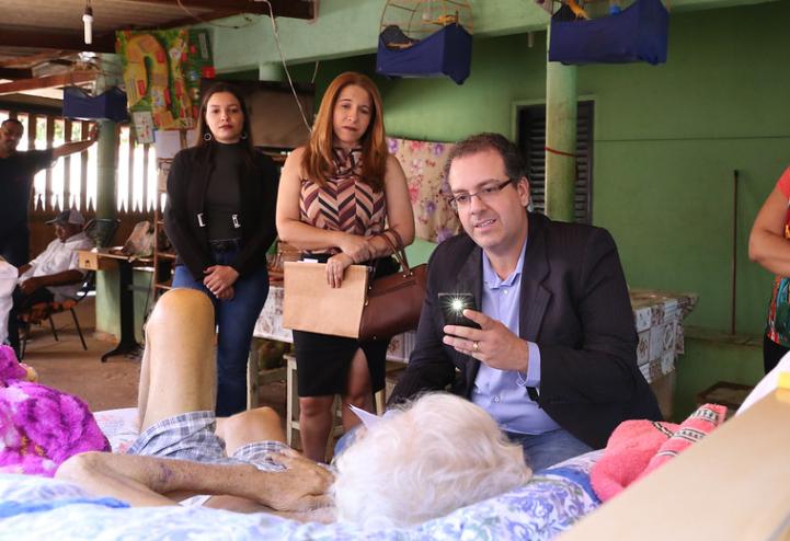 Juiz vai casa idoso com câncer realizar audiência Goiás