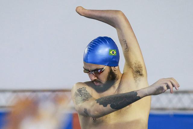 nadador aquecendo prova