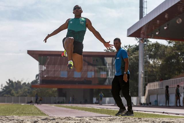 atleta saltando