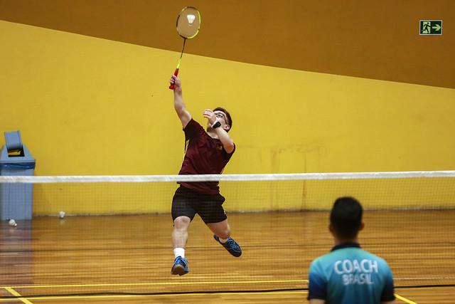 atleta badminton quadra