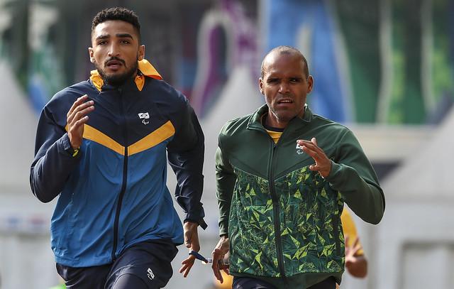 homens correndo pista atletismo
