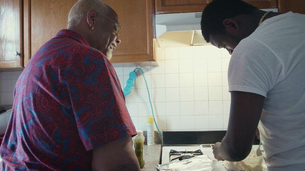 pai filho cozinhando