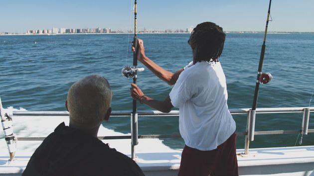 pai filho pescando barco mar