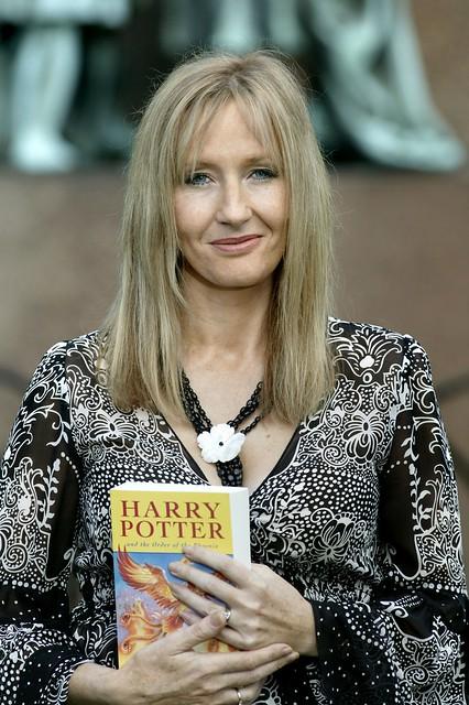 J. K. Rowling doa R$ 650 milhões para caridade e deixa lista de bilionários