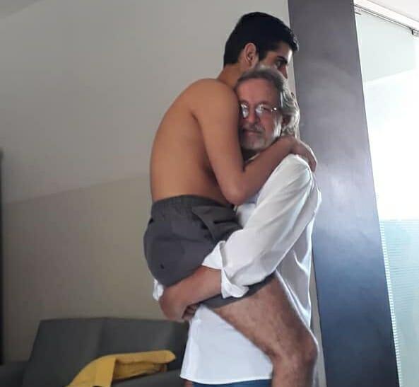 Foto vovô segurando neto autista colo viraliza